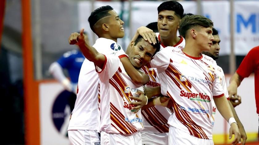 Gustavo Rosales celebra con sus compañeros uno de sus goles con los Soles.(Julián Ortega)