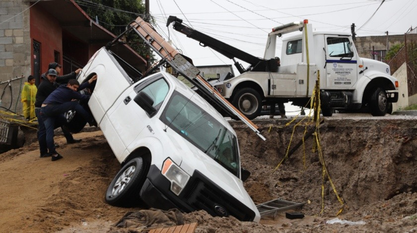 Un vehículo cayó en un socavón localizado en la colonia Sánchez Taboada.