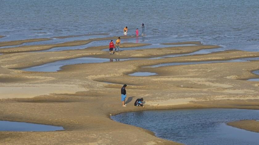 El río Mekong ha adquirido un color azul verdoso que puede encantar a los turistas, pero hace sonar campanas de alarma.(AP)