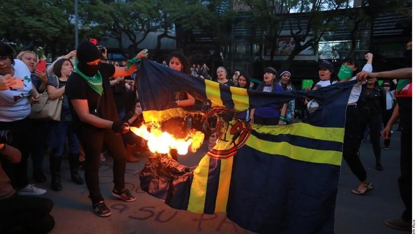 Protestan contra jugadores del América; queman la bandera del club(Agencia Reforma)