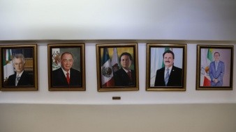 Buscan cambiar la foto del ex Alcalde; oculta la bandera.