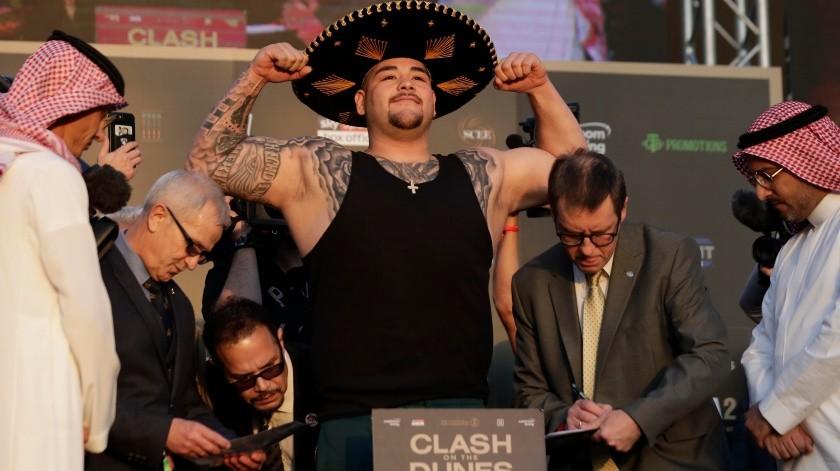 El campeón mexicano Andy Ruiz Jr. posa en la báscula durante el pesaje de su pelea contra Anthony Joshua.(AP)