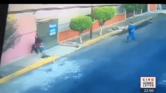 En vía pública, hombre levanta falda a mujer acompañada de su hijo