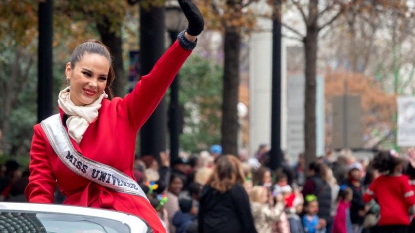 Catriona Gray participó en el desfile vistiendo un abrigo rojo y subida en la parte trasera de un descapotable blanco.(EFE)