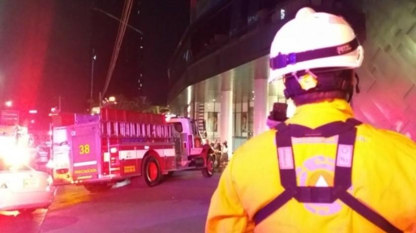 Desalojan a mil 600 personas tras incendio en establecimiento de Monterrey(Especial)