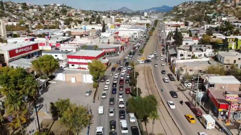 Filas enormes para cruzar a Estados Unidos se hicieron ayer en Nogales(Rubén Ruiz)