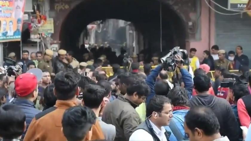 43 trabajadores perdieron la vida en un incendio ocurrido en el interior de una fábrica para hacer mochilas en Nueva Delhi.(Captura de video EFE.)