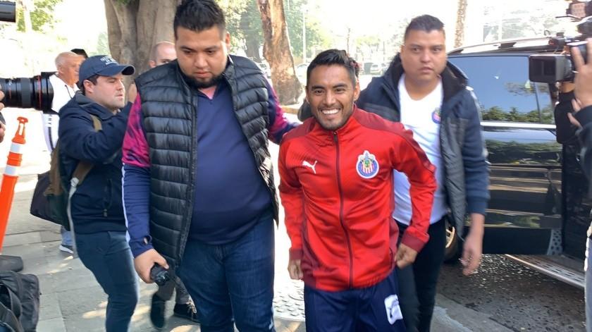 Llegada de 'Gallito' a Chivas retrasada por acuerdo en salario.(Twitter)