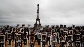 Activistas ponen a retrato de Macron de cabeza durante manifestación