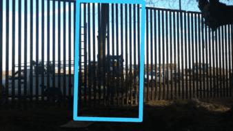Tumban parte del muro fronterizo con camioneta en Calexico