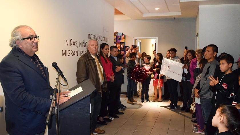 """La colectiva multidisciplinaria """"Niñas, niños y adolescentes migrantes en Baja California"""" fue inaugurada la noche del viernes por el Secretario de Cultura, Pedro Ochoa Palacio, en la representación Tijuana.(Cortesía)"""