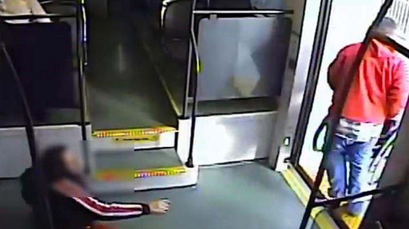 VIDEO: Hombre arroja a mujer mientras intenta robar su silla de ruedas(Captura de video)