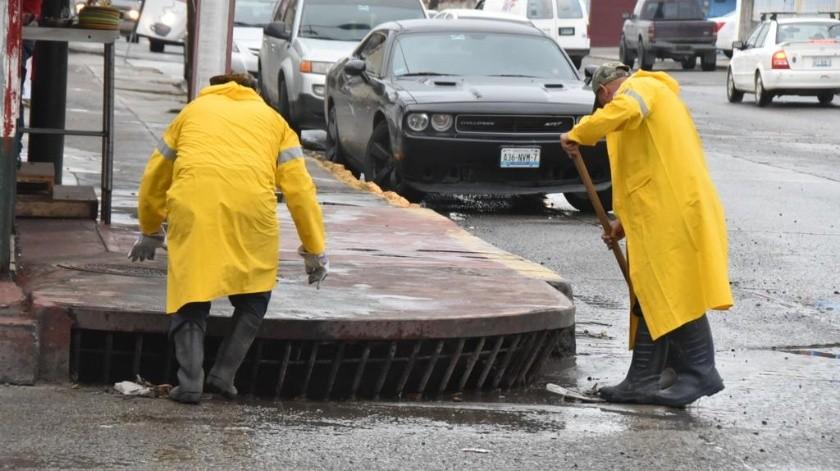 La administración municipal, amplió los horarios de trabajo para el Departamento de Vialidades de la Dirección de Infraestructura, quienes este fin de semana, se abocaron a la limpieza de alcantarillas que se ubican en las diversas vialidades de la ciudad.(Cortesía)
