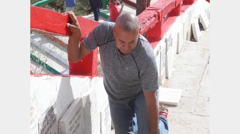 """Don Álvaro Guadalupe sube el Cerro de la Virgen de rodillas para agradecerle a """"La Morenita"""" que su hijo se curará de cáncer.(Teodoro Borbón)"""