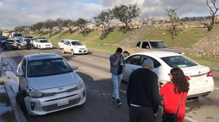 Dos automovilistas chocaron a la altura de los juzgados de la Vía Rápida, por lo que se está generando tráfico lento antes de checar a las oficinas de Recaudación de Rentas.(Jesús Bustamante)