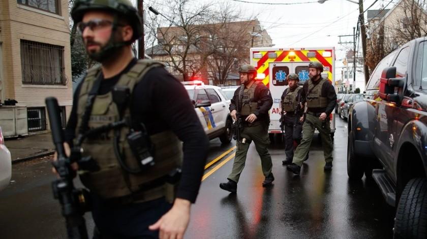 Un oficial de policía murió en un tiroteo en la ciudad de Jersey marcado por fuertes disparos, dijeron los fiscales. Dos oficiales más y un civil resultaron heridos.(AP)