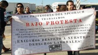 Los maestros protestaron en las oficinas centrales de la institución.