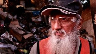 Quitan toneladas de reciclaje a hombre de su casa; afirma que era su labor