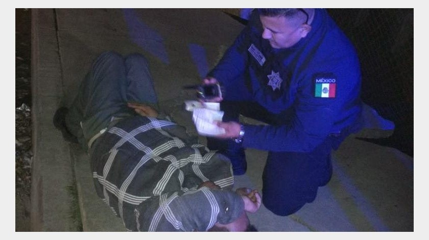 """Agentes de la Policía Municipal de Tijuana del Distrito Los Pinos acudieron a un reporte en el bulevar Manuel J. Clouthier -""""Gato Bronco""""- y la Vía Rápida Oriente, en la colonia Tercera Etapa del Río Tijuana, donde se indicó que había un hombre tirado sobre la acera Este, en la gasa que incorpora a dicha vialidad.(Cortesía)"""