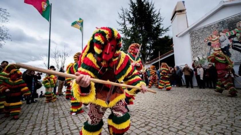 Dicho carnaval, que tiene lugar en la aldea de Podence, en el norte de Portugal, se originó en un rito de paso masculino, pero en la actualidad también participan en su celebración mujeres y niños. EFE/Pedro Sarmento Costa/Archivo