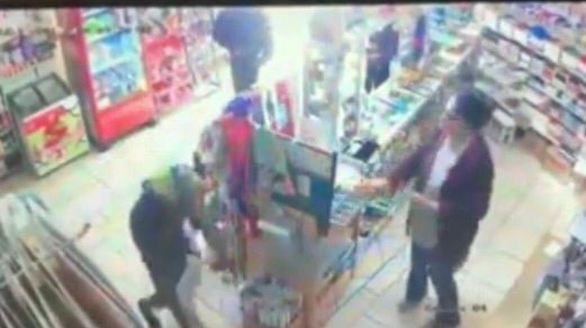 Con pistola en mano, dos sujetos amedrentaron y asaltaron a clientes y la encargada de una papelería, ubicada en la colonia Plan Libertador en Rosarito.