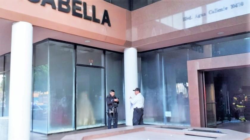 Esta mañana se reportó un conato de incendio a comercio, en un establecimiento de venta de vestidos ubicado en una plaza comercial del bulevar Aguacaliente en la colonia Calete, delegación Zona Centro.(Cortesía)