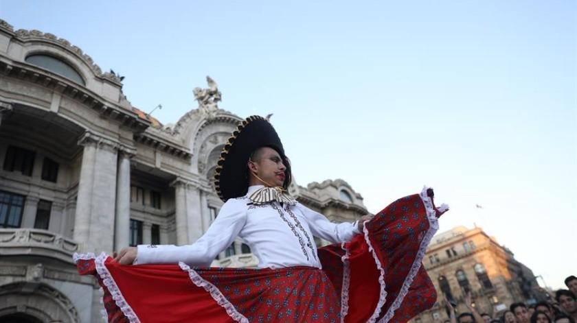 Protesta comunidad LGBT en apoyo del Zapata de Fabián Chairez frente a Bellas Artes(EFE)