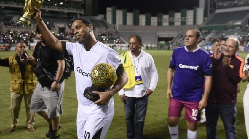 Cuauhtémoc Blanco disputó un partido amistoso con Ronaldinho a favor del DIF Morelos.(Twitter Cuauhtémoc Blanco.)