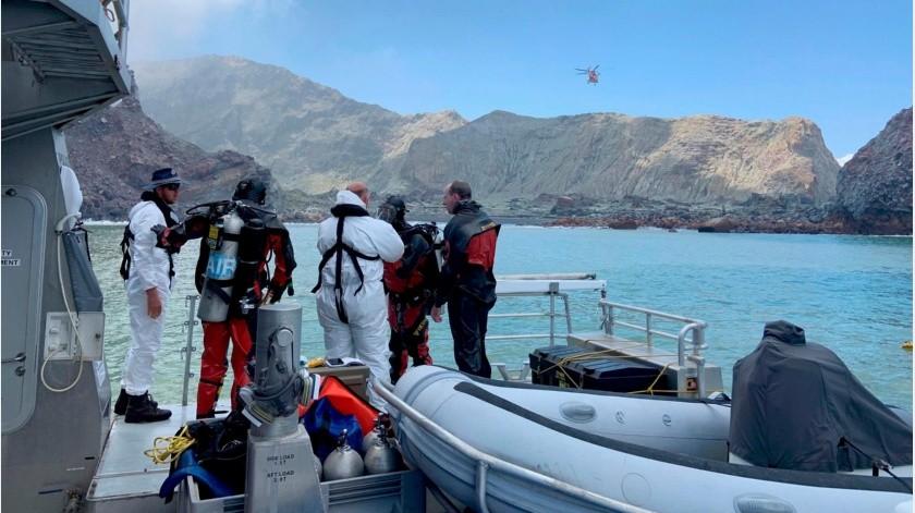 Los grupos no pudieron encontrar ninguno de los cuerpos y regresaron a tierra firme neozelandesa, donde pasaron por un proceso de descontaminación luego de ser expuestos a ceniza y gases tóxicos.(AP)