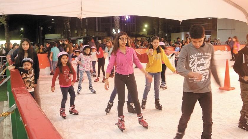 Las dos pistas de patinaje sobre hielo se han convertido en un lugar de convivencia familiar en estos días.(Gamaliel González)