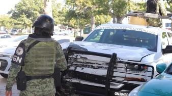 Conductor se pasa alto y choca contra unidad de la Guardia Nacional