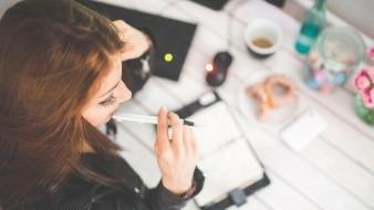 Coquetear en el trabajo aleja el insomnio: Estudio