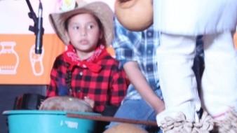 Aprende Renata a tocar instrumento de la etnia Mayo