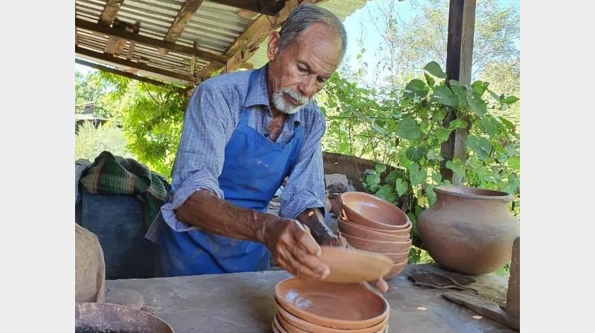 Con su trabajo como alfarero don Pedro ha sacado adelante a su familia.(Jesús Palomares)