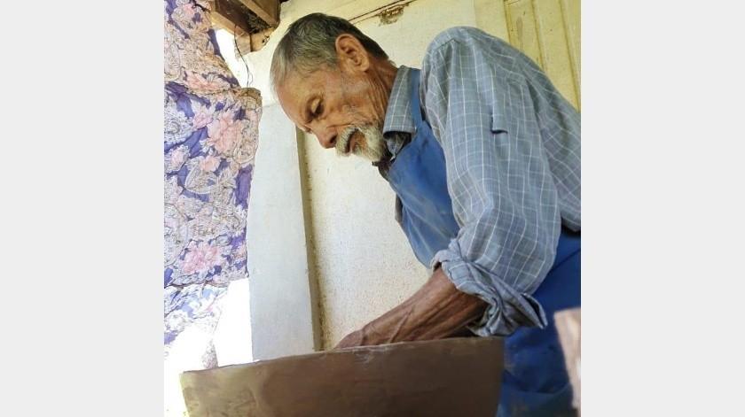 Pedro Estrada Chavarín tiene 71 años de edad y más de 50 dedicado a la alfarería.(Jesús Palomares)