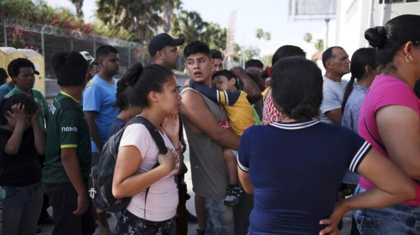 Las familias salen de sus ciudades huyendo de la violencia.
