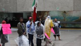Deportados se manifestaron en Palacio Municipal contra los abusos policiacos.