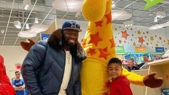 50 Cent paga casi 2 millones de pesos por rentar tienda de juguetes para su hijo