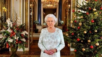 Causa polémica imagen navideña de la reina de Inglaterra.