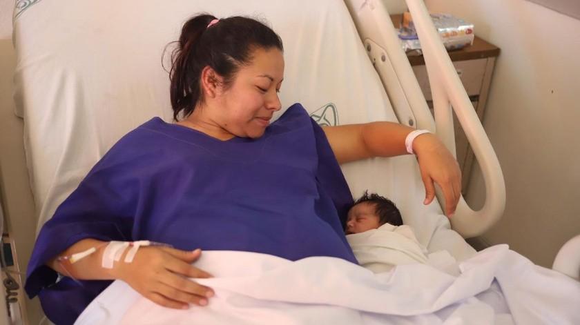 La feliz mamá Alma Daniela Castillo acurruca a Liah, quien nació a las 00:14 horas con un peso de más de  3 kilos.(Gustavo Suárez)