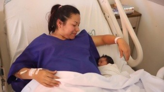 La feliz mamá Alma Daniela Castillo acurruca a Liah, quien nació a las 00:14 horas con un peso de más de  3 kilos.
