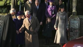 Kate, duquesa de Cambridge y su hija Charlotte; la princesa Ana; el príncipe William, el príncipe Carlos y su esposa Camilla, luego del oficio de Navidad en la iglesia de Santa María Magdalena en Sandringham, Norfolk, Inglaterra.