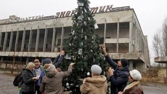 Ponen primer árbol de Navidad desde accidente en Chernóbil