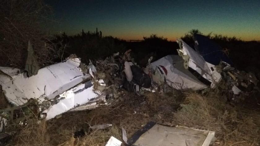 En esta imagen tomada por militares que llegaron al sitio del accidente en Tastiota, se puede apreciar el estado en que quedó la avioneta.(Especial)
