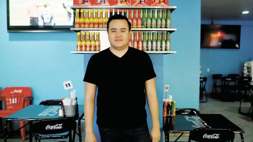 Colocar salsa La Perrona en las mesas de las familias de Tijuana y Estados Unidos es uno de los éxitos del joven empresario Luis Naranjo, quien atribuye sus logros a la disciplina y confianza que le brindaron sus padres.(Gustavo Suárez)