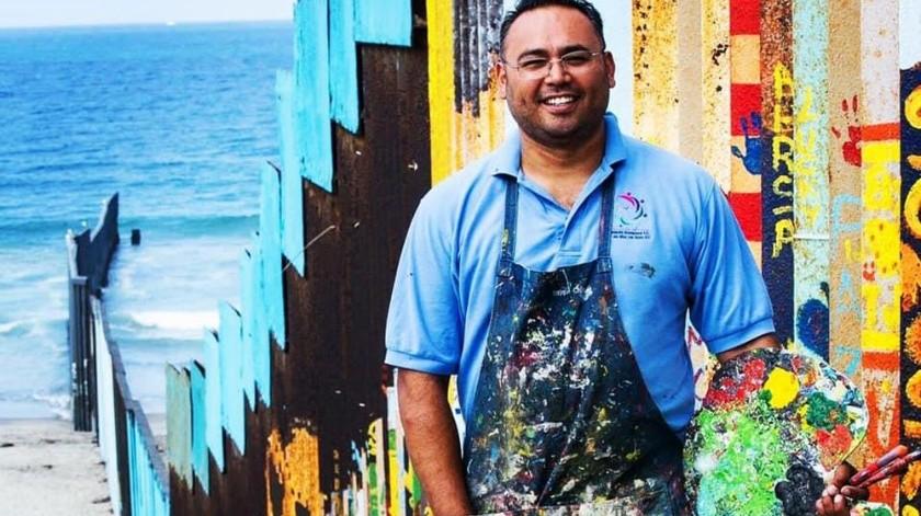 """A Enrique Chiu, artista plástico tijuanense, la pasión por el arte lo llevó a realizar el proyecto """"El muro de la hermandad"""" entre Estados Unidos y México, que lo colocó este 2019 como uno de los diez jóvenes más destacados del mundo con el premio JCI en Estonia."""