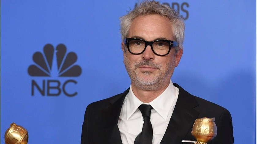 """Alfonso Cuaron poses in the press room with the awards for best director, motion picture and best motion picture, foreign language for """"Roma"""" at the 76th annual Golden Globe Awards at the Beverly Hilton Hotel on Sunday, Jan. 6, 2019, in Beverly Hills, Calif. (Photo by Jordan Strauss/Invision/AP)-4 : color(Banco Digital)"""