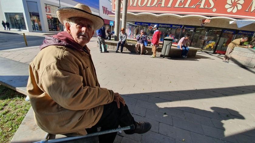 Don Gerardo Ortiz Valenzuela, de 80 años, tomó el sol en las jardineras ubicadas por fuera del Mercado Municipal(Gamaliel González)