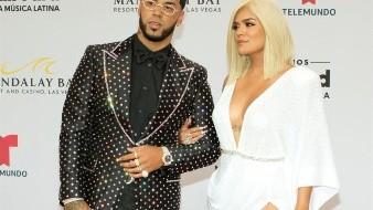 El cantante urbano puertorriqueño Anuel AA anunció este jueves que contraerá matrimonio con su novia, la artista colombiana Karol G.
