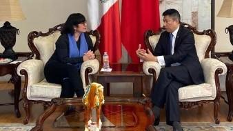 El Cónsul General de la República Popular China en Tijuana, Yu Bo, durante su reunión con la directora del IMAC, Minerva Tapia Robles.